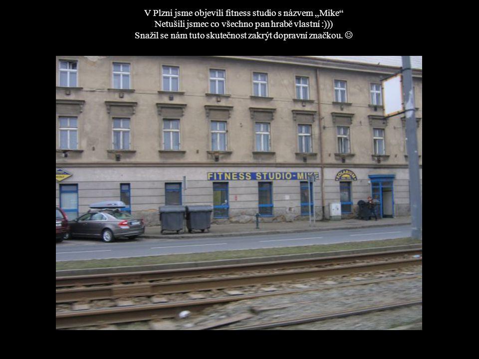 """V Plzni jsme objevili fitness studio s názvem """"Mike Netušili jsmec co všechno pan hrabě vlastní :))) Snažil se nám tuto skutečnost zakrýt dopravní značkou."""