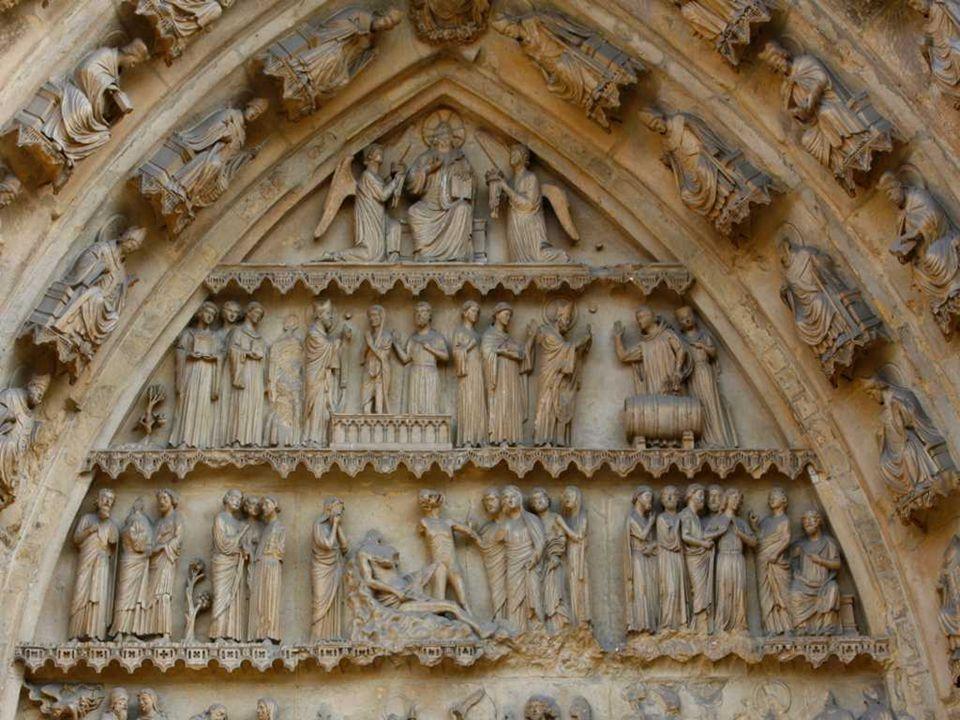 Nad centrálním portálem je velkolepá gotická okenní růžice o průměru 12 m, nad níž je umístěna tzv. galérie králů