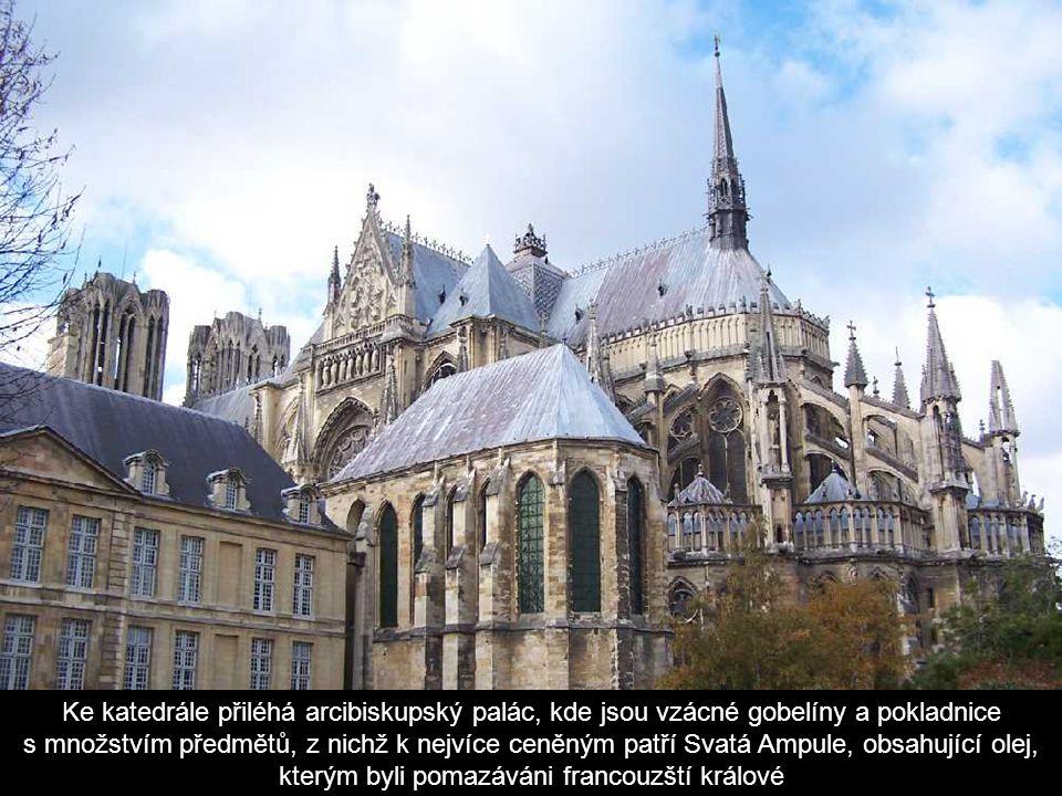 Vnější výzdoba katedrály znázorňuje na severní straně postavy remešských biskupů, Poslední soud a postavu Ježíše, na jižní postavy proroků a apoštolů