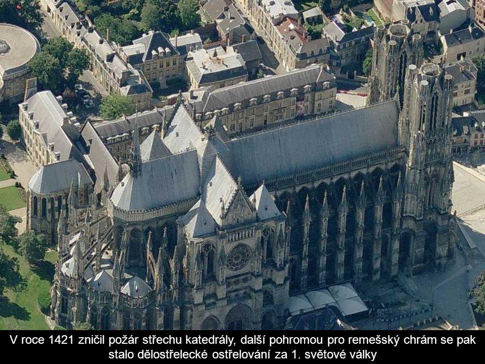Ke katedrále přiléhá arcibiskupský palác, kde jsou vzácné gobelíny a pokladnice s množstvím předmětů, z nichž k nejvíce ceněným patří Svatá Ampule, ob