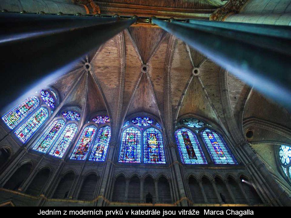 Bohaté vitráže v oknech nad portálem mají svůj původ ve středověku