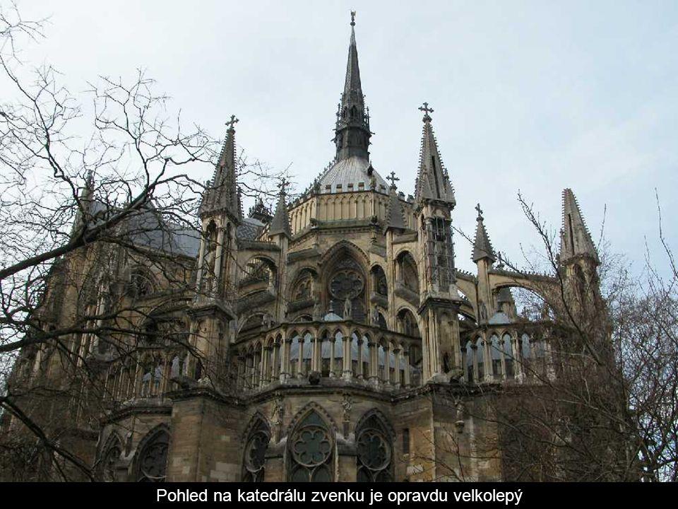 V chóru je renesanční kolonáda (sloupořadí) a památník svatého Remigia a zde pohřbených franských a francouzských králů