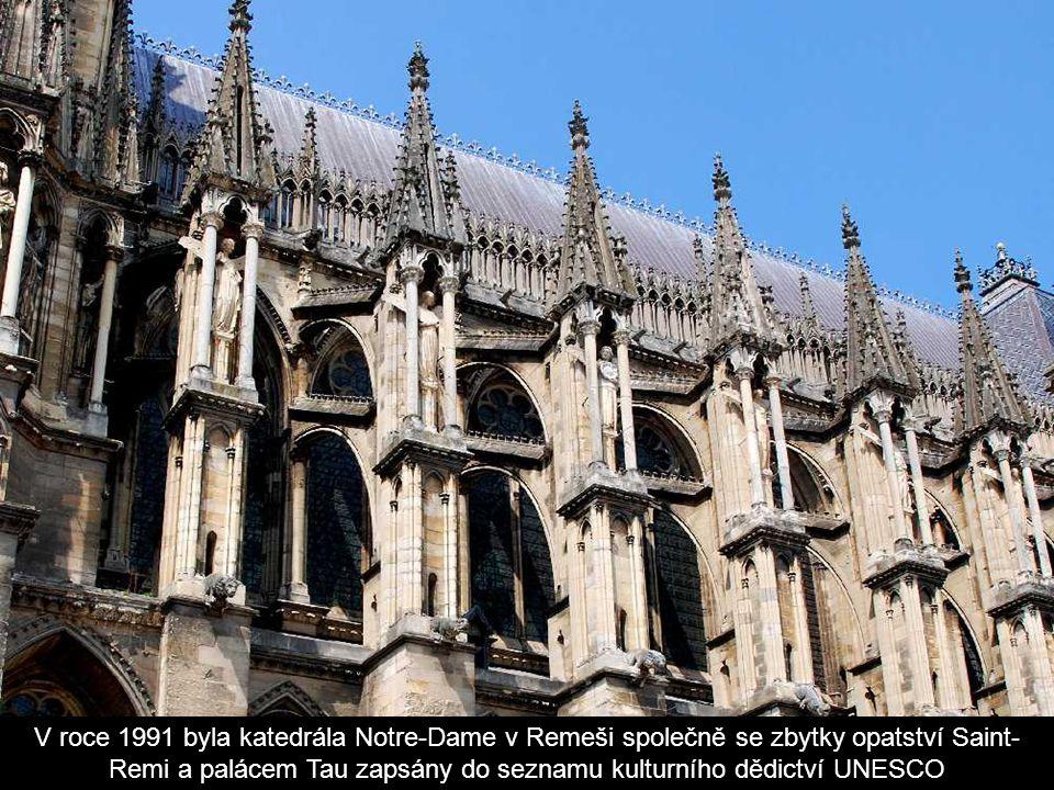 """Katedrále se někdy pro bohatou sochařskou výzdobu říká """"katedrála andělů""""."""