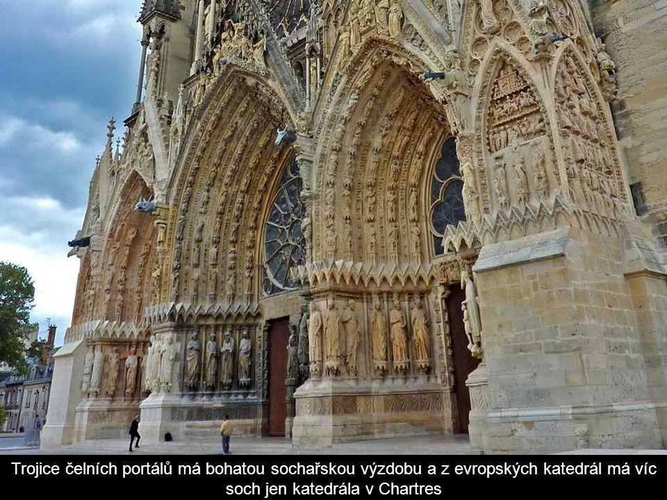 K největším zajímavostem katedrály však patří vitráže za hlavním oltářem
