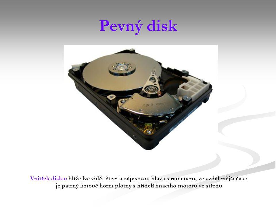 Pevný disk Vnitřek disku: blíže lze vidět čtecí a zápisovou hlavu s ramenem, ve vzdálenější části je patrný kotouč horní plotny s hřídelí hnacího motoru ve středu