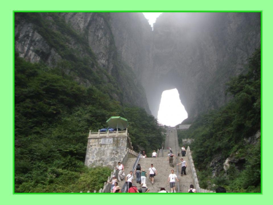 """Jak už bylo ř ečeno, dostanete se sem lanovkou nebo autobusem, chcele-li až do """"tunelu , musíte ješt ě zdolat pár schod ů (t ě ch 7 000) po svých."""