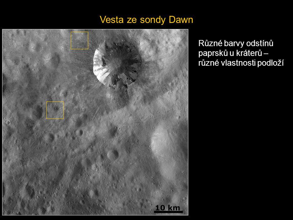 Vesta ze sondy Dawn Různé barvy odstínů paprsků u kráterů – různé vlastnosti podloží