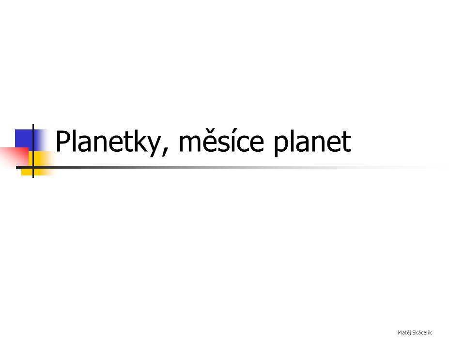 Měsíce Měsíce se v mnohem podobají planetám, jsou to jejich přirozené družice Jsou to také menši chladná tělesa bez vlastních zdrojů energie Rozdíl mezi měsícem a planetou je především v pohybu - měsíce obíhají kolem planet, kdežto planety obíhají kolem Slunce nebo jiné hvězdy