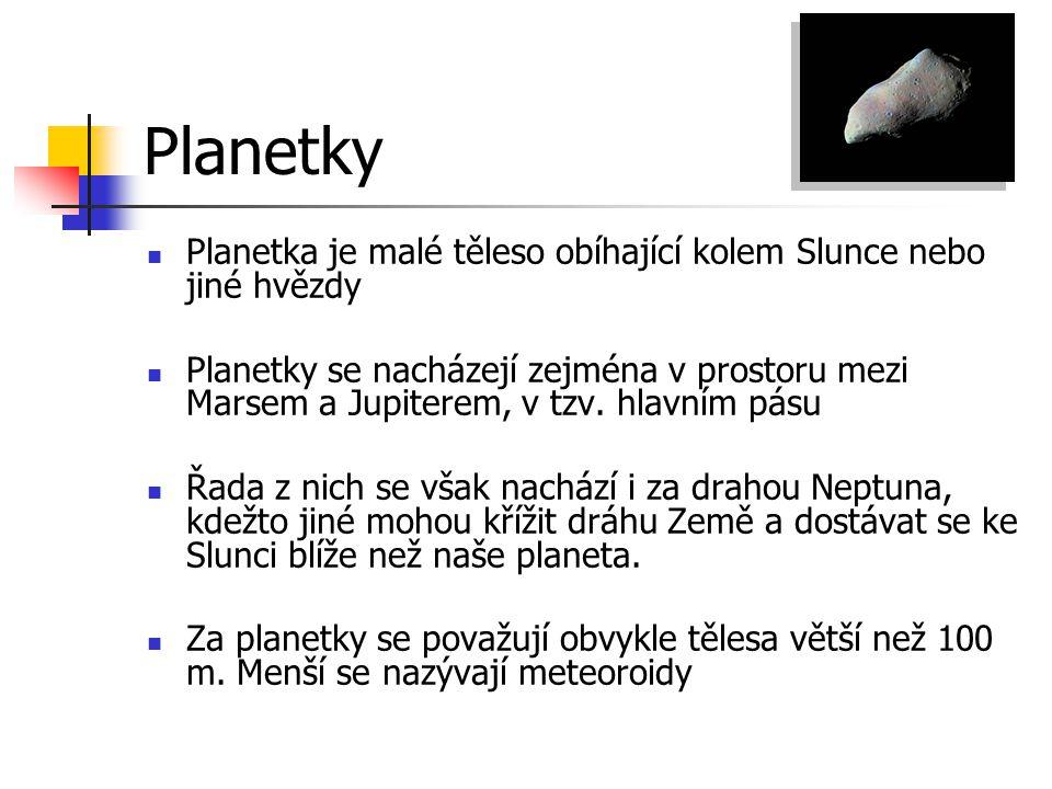 Planetky Planetka je malé těleso obíhající kolem Slunce nebo jiné hvězdy Planetky se nacházejí zejména v prostoru mezi Marsem a Jupiterem, v tzv. hlav