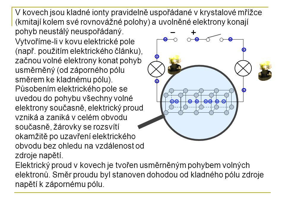 V kovech jsou kladné ionty pravidelně uspořádané v krystalové mřížce (kmitají kolem své rovnovážné polohy) a uvolněné elektrony konají pohyb neustálý
