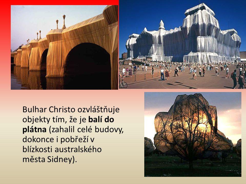 Bulhar Christo ozvláštňuje objekty tím, že je balí do plátna (zahalil celé budovy, dokonce i pobřeží v blízkosti australského města Sidney).