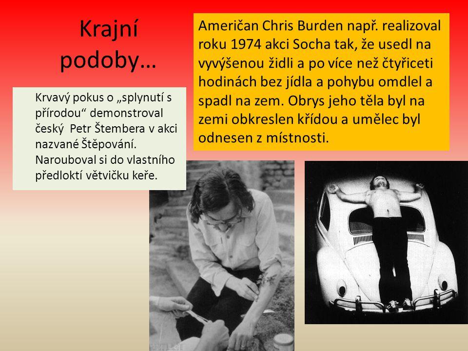 Krajní podoby… Američan Chris Burden např. realizoval roku 1974 akci Socha tak, že usedl na vyvýšenou židli a po více než čtyřiceti hodinách bez jídla