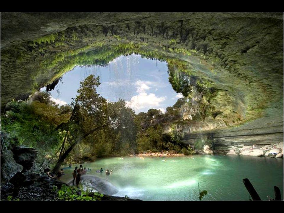 P ř ed n ě co více ne ž sto lety se poblí ž Austinu v Texasu propadl strop podzemní jeskyn ě, vytvo ř ené po tisíce let trvající erozí p ů dy vodami p