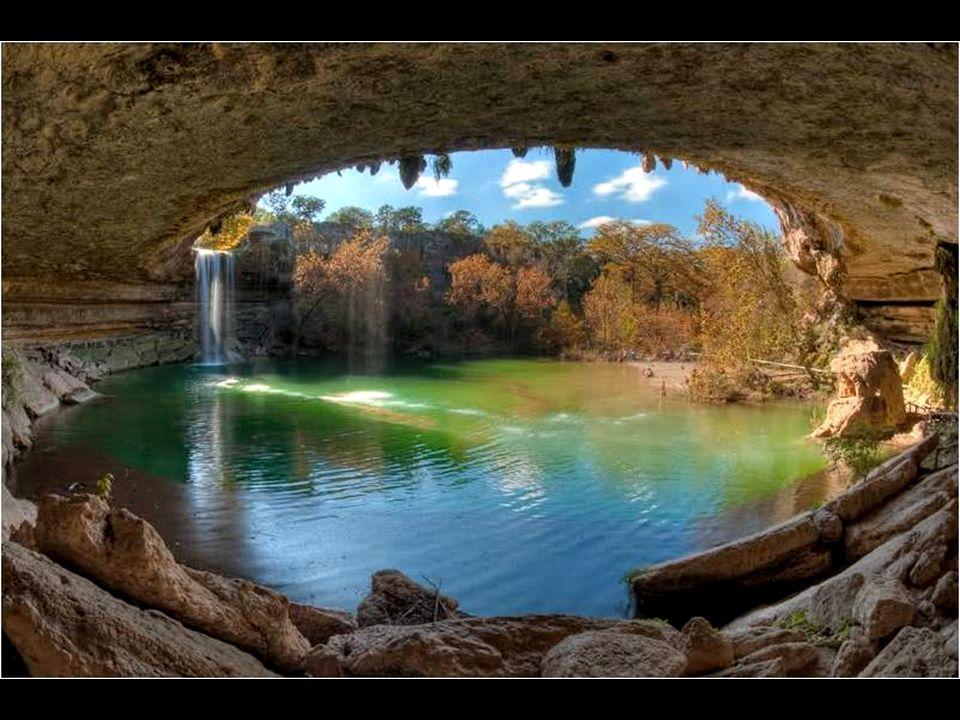 Místo, dnes známé jako Hamilton Pool, se stalo oblíbeným letním koupališt ě m. Je lemováno velkými vápencovými deskovitými skalisky a vyzdobeno krápní