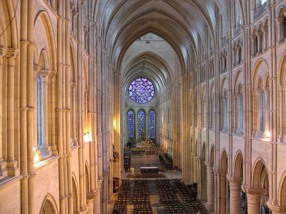 Interiér Katedrály si stejně jako exteriér zachoval gotickou jednoduchost. Hlavní chrámová loď je dlouhá 140 m., široká 30 m. a strop se zde klene ve