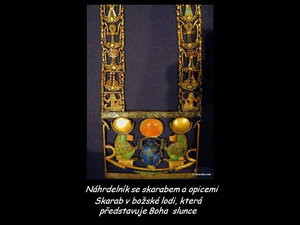 Náhrdelník se skarabem a opicemi Skarab v božské lodi, která představuje Boha slunce