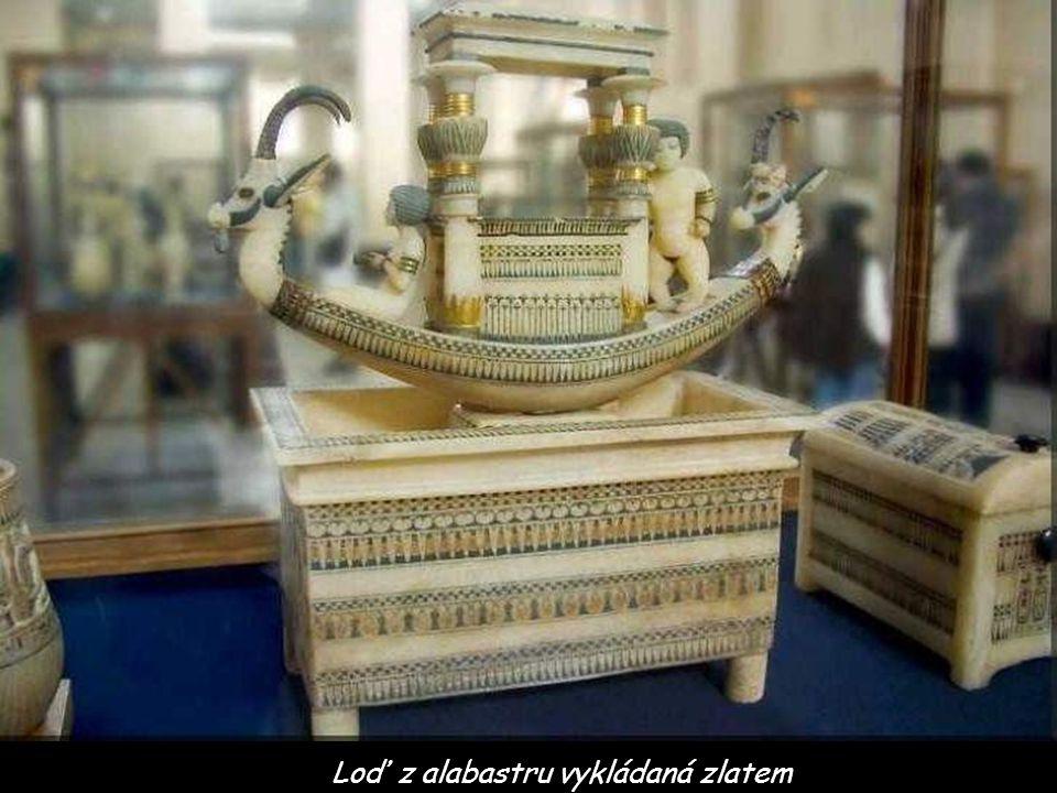 Loď z alabastru vykládaná zlatem