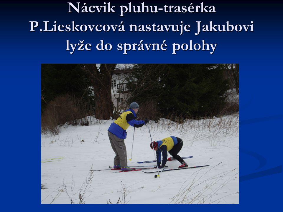 Nácvik pluhu-trasérka P.Lieskovcová nastavuje Jakubovi lyže do správné polohy
