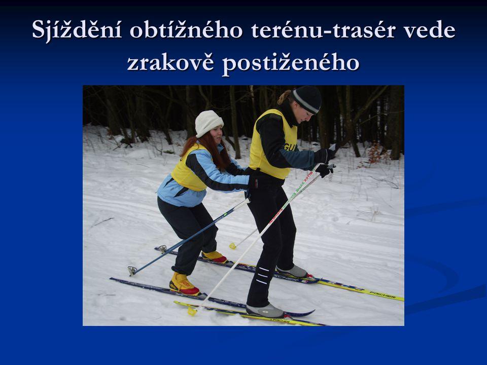 Výstup stromečkem-nevidomý student FF Jakub Kamberský a trasér student FTVS Rudolf Půlpán