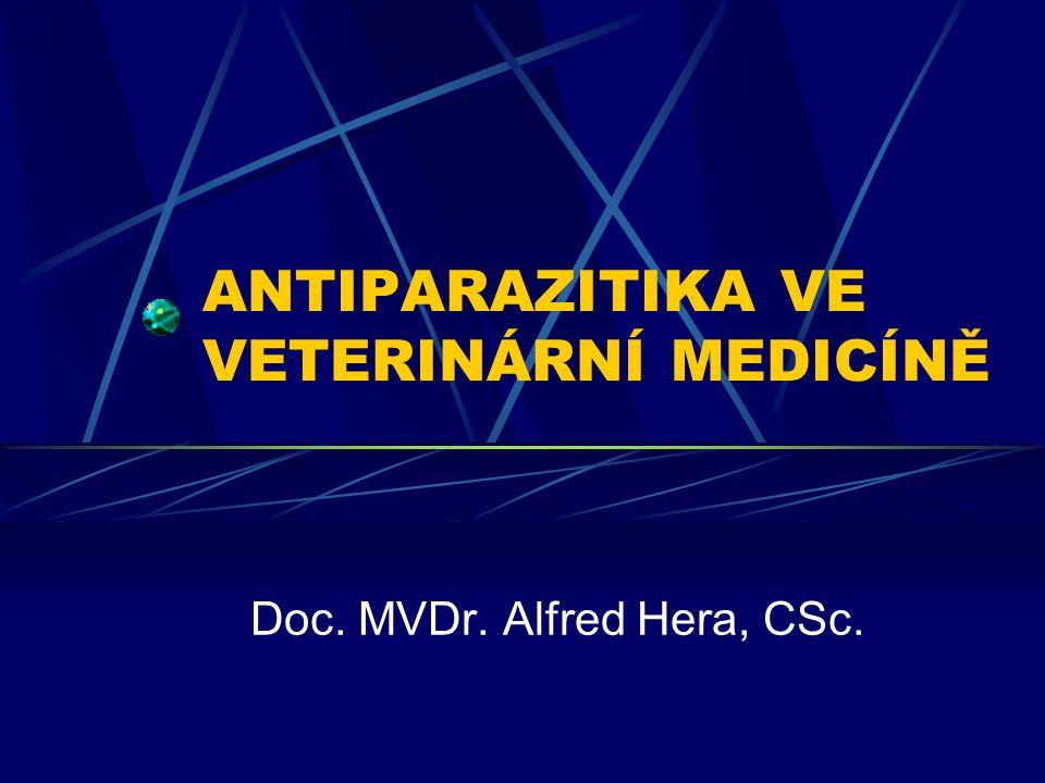 b) ostatní antiprotozoika - proti parazitům z rodů: Trichomonas, Histomonas, Giardia, Toxoplasma Nitroimidazoly Metronidazol, dimetridazol - poměrně dobrá snášenlivost, při delším používání se však mohou objevit nefrotoxické a hepatotoxické účinky, zřejmě i účinky mutagenní a karcinogenní (zákaz používání u potravinových zvířat) - účinkují i při anaerobních infekcích Mechanismus účinku: průnik do buňky  aktivace redukčních procesů  toxický účinek vznikajících meziproduktů Metronidazolum – p.o.