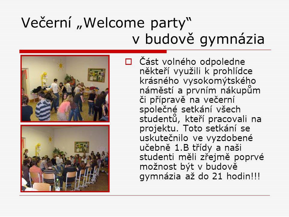 """Večerní """"Welcome party v budově gymnázia  Část volného odpoledne někteří využili k prohlídce krásného vysokomýtského náměstí a prvním nákupům či přípravě na večerní společné setkání všech studentů, kteří pracovali na projektu."""