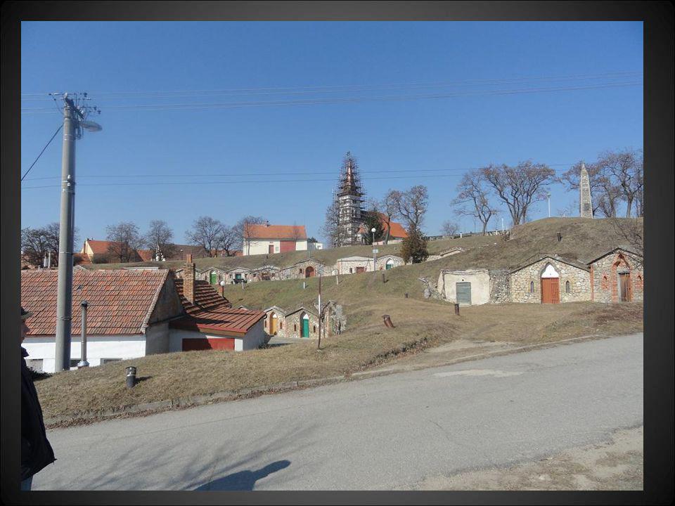 Vinné sklepy, kostel při opravě a vpravo je pomník padlým