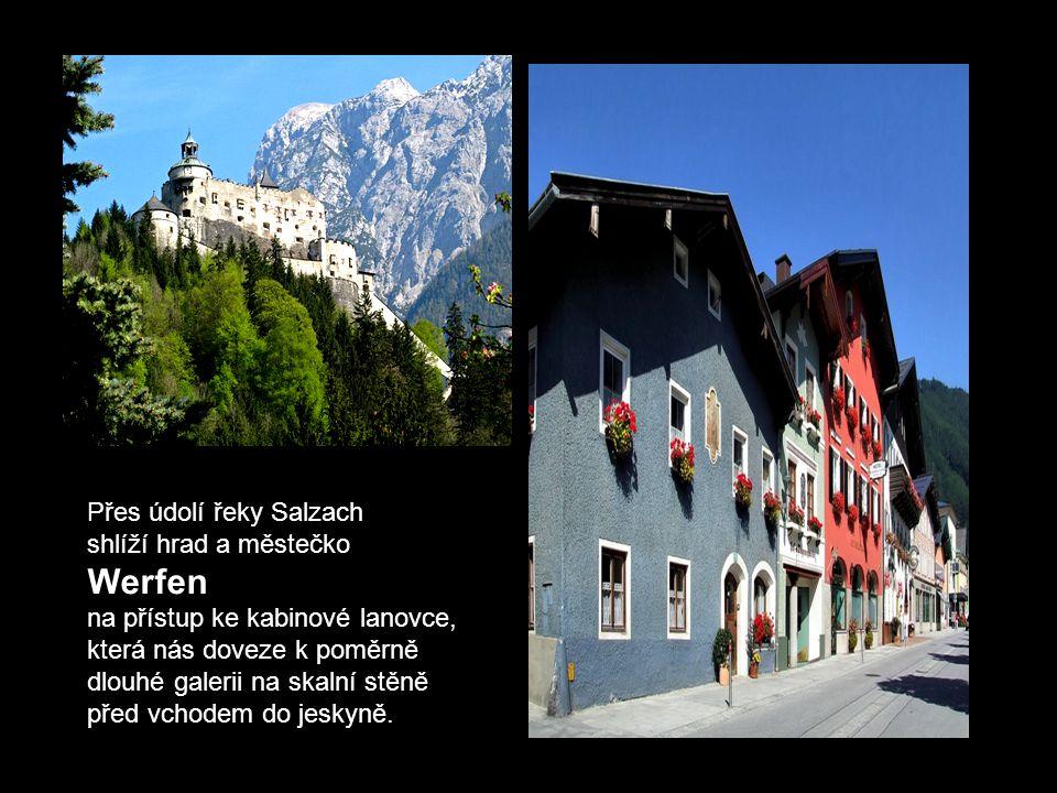 Největší ledové jeskyně na světě - Eisriesenwelt - se nacházejí v pohoří Tennengebirge v Rakousku nad městečkem Werfen (na protilehlé straně údolí řek