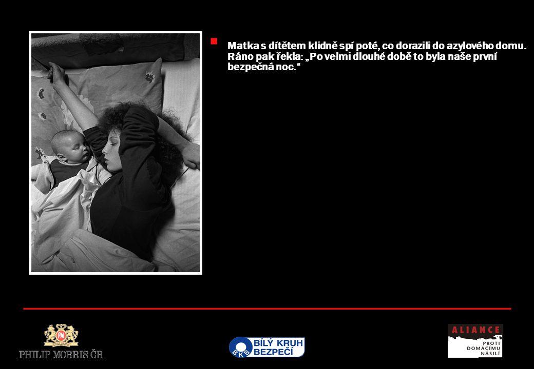 """ Matka s dítětem klidně spí poté, co dorazili do azylového domu. Ráno pak řekla: """"Po velmi dlouhé době to byla naše první bezpečná noc."""""""