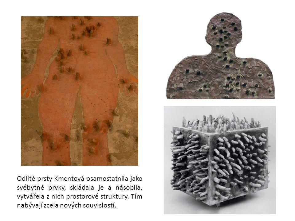 Odlité prsty Kmentová osamostatnila jako svébytné prvky, skládala je a násobila, vytvářela z nich prostorové struktury. Tím nabývají zcela nových souv