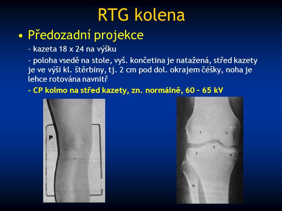 RTG kolena Předozadní projekce - kazeta 18 x 24 na výšku - poloha vsedě na stole, vyš. končetina je natažená, střed kazety je ve výši kl. štěrbiny, tj