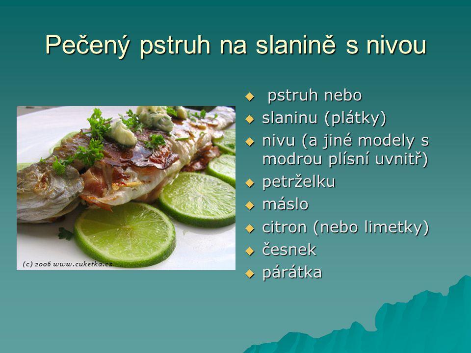 Pečený pstruh na slanině s nivou  pstruh nebo  slaninu (plátky)  nivu (a jiné modely s modrou plísní uvnitř)  petrželku  máslo  citron (nebo limetky)  česnek  párátka