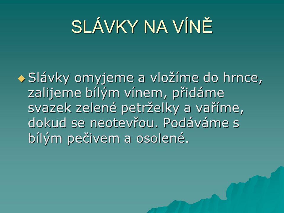 SLÁVKY NA VÍNĚ  Slávky omyjeme a vložíme do hrnce, zalijeme bílým vínem, přidáme svazek zelené petrželky a vaříme, dokud se neotevřou.