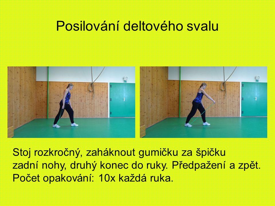 Posilování deltového svalu Stoj rozkročný, zaháknout gumičku za špičku zadní nohy, druhý konec do ruky.