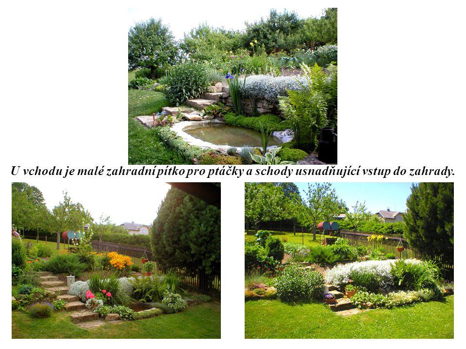 U vchodu je malé zahradní pítko pro ptáčky a schody usnadňující vstup do zahrady.
