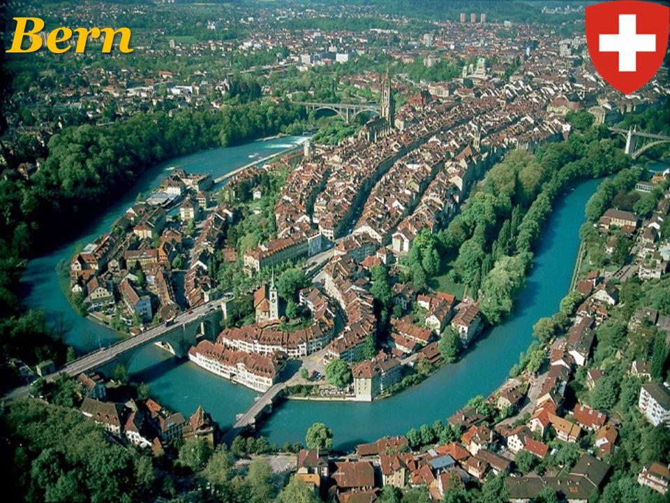 Švýcarsko – přírodní podmínky Bodamským jezerem Ženevským jezerem Rýnem Jurou AlpamiŠvýcarsko leží mezi Bodamským jezerem na severovýchodě, Ženevským jezerem na západě, Horním a Alpským Rýnem na východě a Rýnem na severu, Jurou na severu a jižními Alpami Dufourspitze (MonteRosa) je se svými 4634 metry nejvyšší hora ŠvýcarskaDufourspitze (MonteRosa) je se svými 4634 metry nejvyšší hora Švýcarska, druhá nejvyšší hora Alp