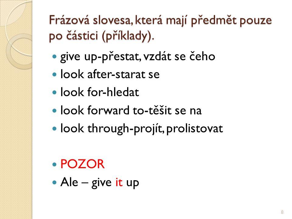 Frázová slovesa, která mají předmět pouze po částici (příklady).
