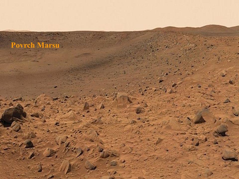 Přistávací modul Vikingu 2 na Marsu. Fotografie zachycuje nejbližší okolí sondy.