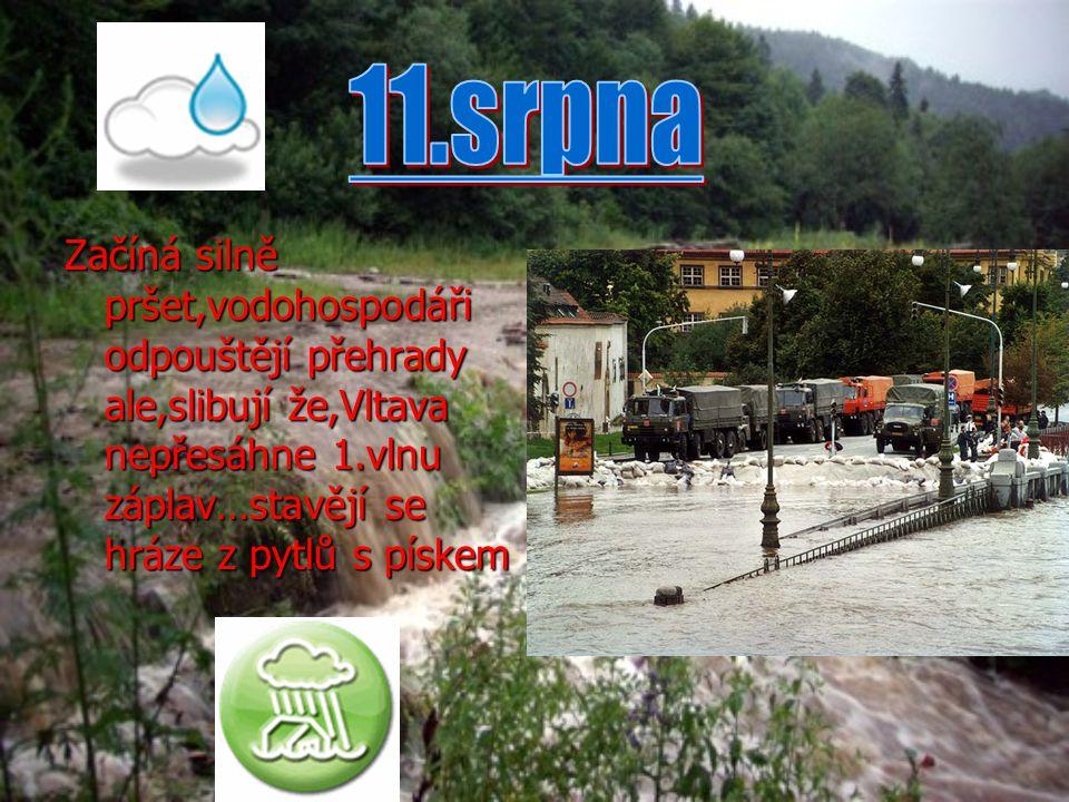 Začíná silně pršet,vodohospodáři odpouštějí přehrady ale,slibují že,Vltava nepřesáhne 1.vlnu záplav…stavějí se hráze z pytlů s pískem