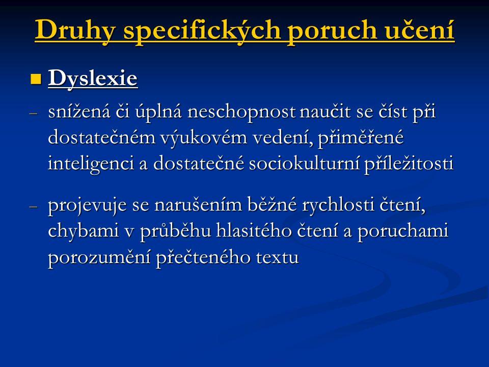 Specifické projevy dysgrafie – porucha psaní postihující úpravu písemného projevu i osvojování jednotlivých písmen a spojení hláska- písmeno; psaní v pravolevém směru; vynechávání písmen, slabik či slov Specifické projevy dysgrafie – porucha psaní postihující úpravu písemného projevu i osvojování jednotlivých písmen a spojení hláska- písmeno; psaní v pravolevém směru; vynechávání písmen, slabik či slov Specifické projevy dysortografie – porucha pravopisu; záměna tvrdých, měkkých, popřípadě dlouhých a krátkých slabik; nepřesná hranice slov, splývání více slov v jedno; vysoká chybnost v paní diktátu Specifické projevy dysortografie – porucha pravopisu; záměna tvrdých, měkkých, popřípadě dlouhých a krátkých slabik; nepřesná hranice slov, splývání více slov v jedno; vysoká chybnost v paní diktátu