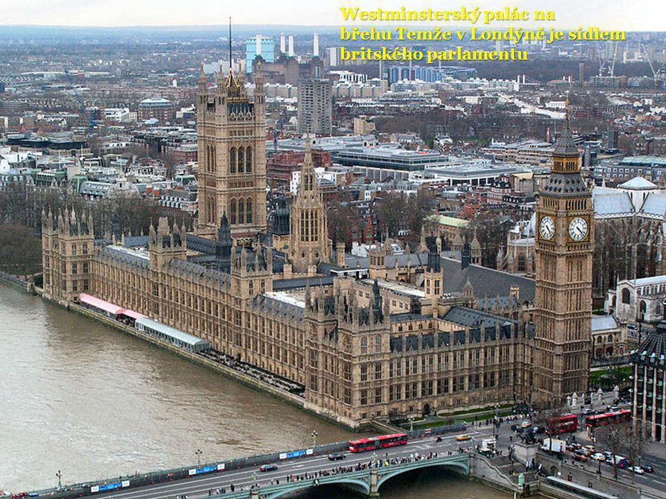 Westminsterský palác na břehu Temže v Londýně je sídlem britského parlamentu