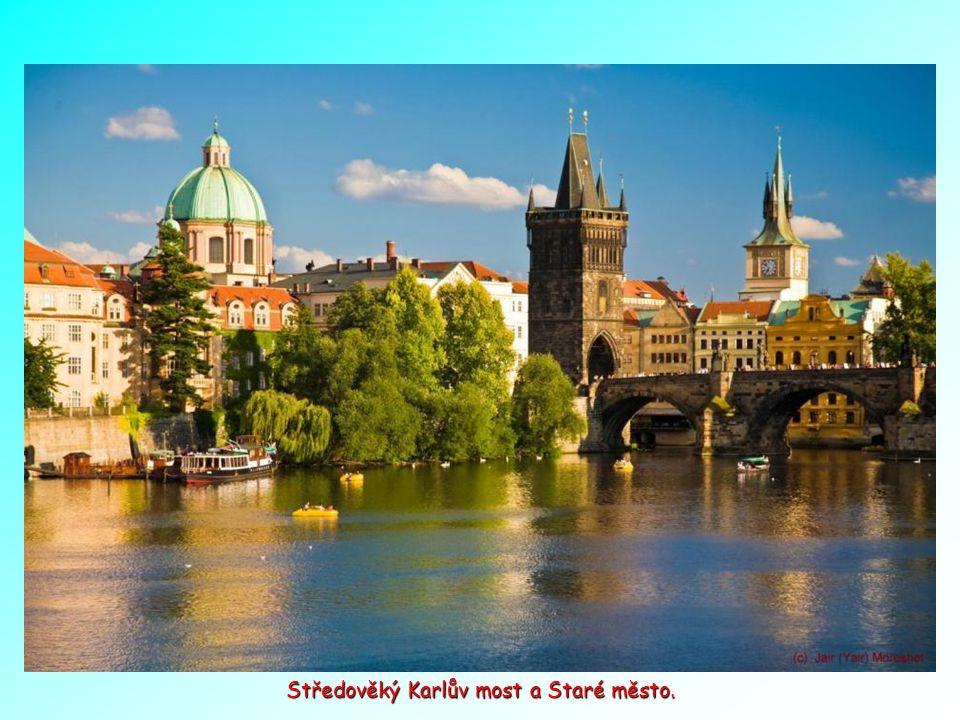 Praha: Hradčany, Staré město a řeka Vltava v popředí.