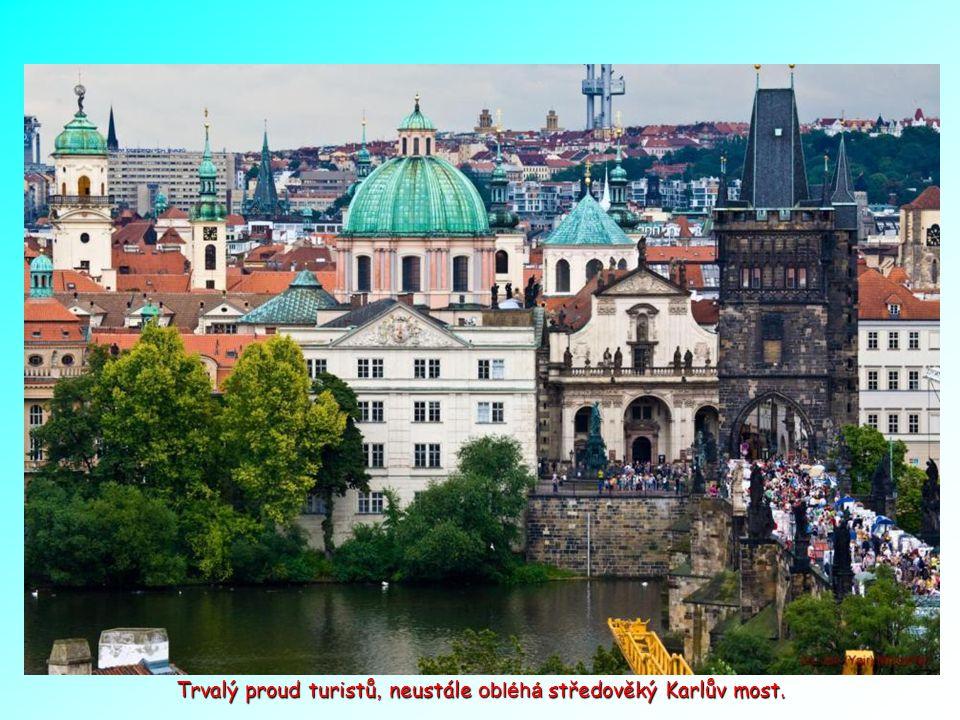 Středověký Karlův most a Staré město.