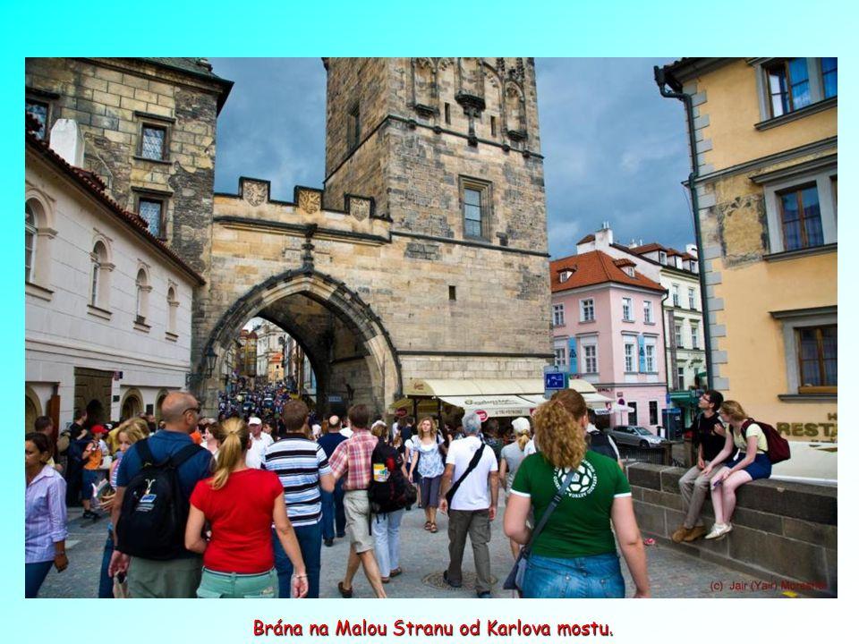 Tento k říž je nejstarším z mnoha barokních soch středověké výzdoby Karlova mostu. Hebrejská slova ve zlatě znamenají
