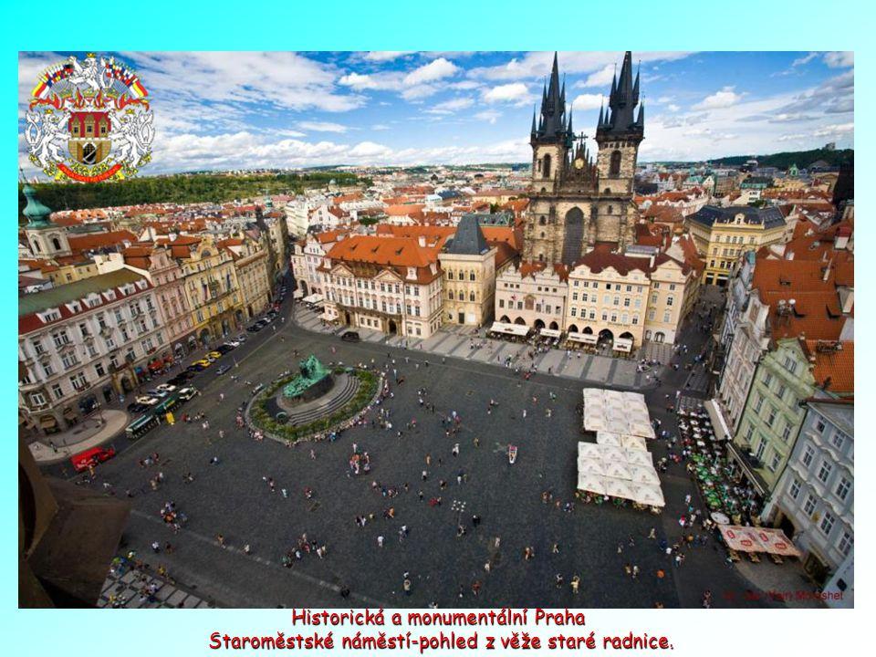 Historická a monumentální Praha Staroměstské náměstí-pohled z věže staré radnice.