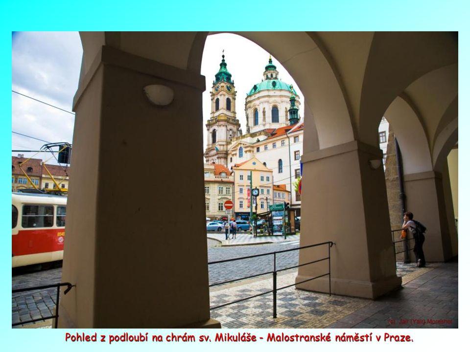 Trubači na bráně k Malostranskému náměstí vítají turisty.