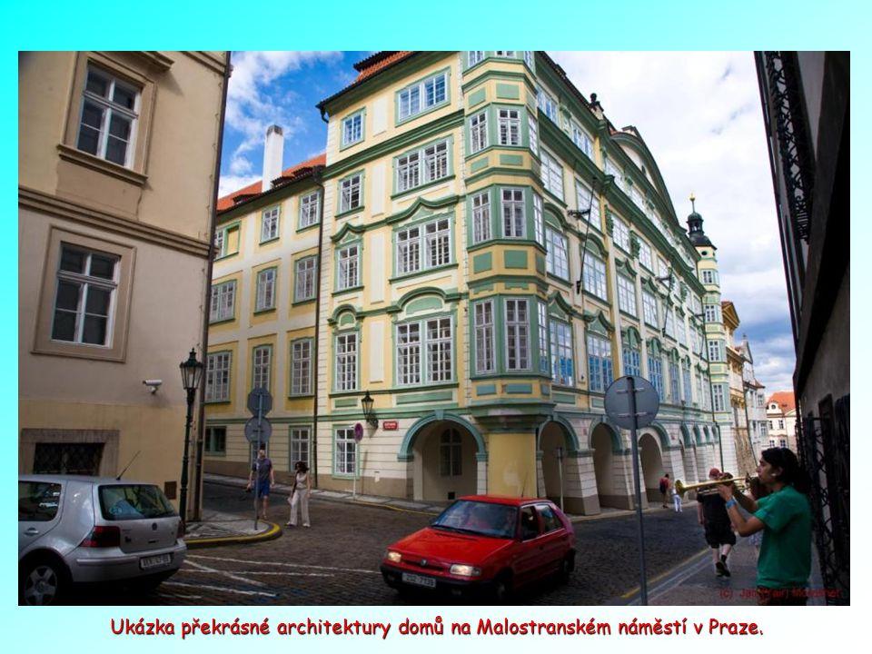 Pohled z podloubí na chrám sv. Mikuláše - Malostranské náměstí v Praze.