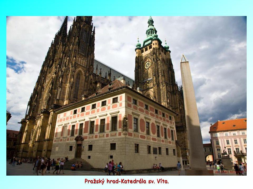 Ukázka překrásné architektury domů na Malostranském náměstí v Praze.