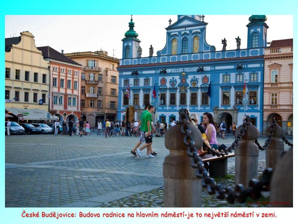 České Budějovice a jedna z krásných budov v okolí náměstí.