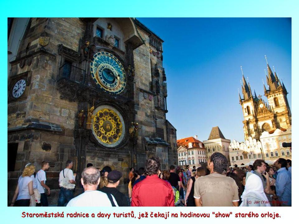 Staroměstská radnice a davy turistů, jež čekají na hodinovou show starého orloje.
