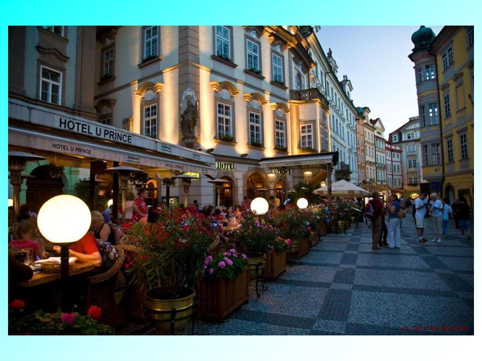 Uličky v okolí Staroměstského náměstí s typickými předzahrádkami.